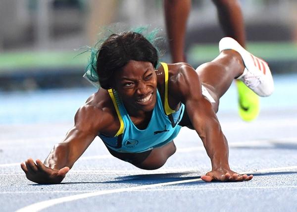 Vận động viênShaunae Miller củaBahamas băng qua vạch kết thúc và chiến thắng vòng chung kết 400m nữ.