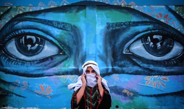 Một thiếu niên Palestine tham gia vào một hoạt động truyền thống trong lễ bế mạc trại hè củaUNRWA (Cơ quanCứu trợ và Việc làmcho người tị nạn PalestinevùngCận Đông củaLiên Hiệp Quốc), tổ chức cho trẻ em và thanh thiếu niên sống dưới sự phong tỏa của Israel ở Khan Yunis, Gaza.