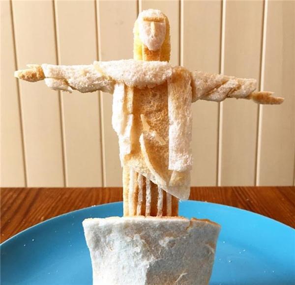 Adam tạo hình bánh mì thành tượng chúa. (Ảnh: Internet)