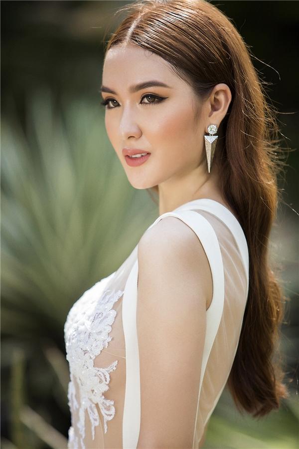 Xuất hiện trong loạt ảnh thời trang mới, Ngọc Loan tiếp tục mê hoặc người xem với vẻ ngoài ngọt ngào, thanh lịch hòa trộn chút gợi cảm của người phụ nữ trưởng thành trong những thiết kế mới nhất của Đỗ Long.