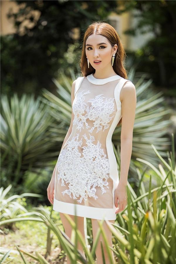Bản ngã của nhà thiết kế trẻ được chuyển tải rõ nét nhất qua phom váy giấu đường cong kết hợp giữa ren, voan, lưới cùng những đường cut-out tinh tế.