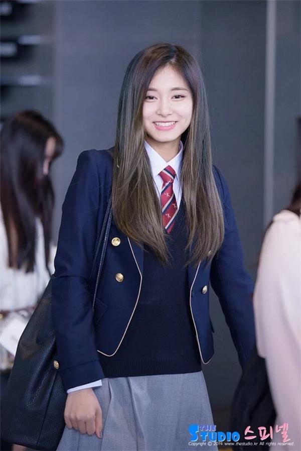 Hình ảnh cô nàng tươi rói trên đường đến trường.