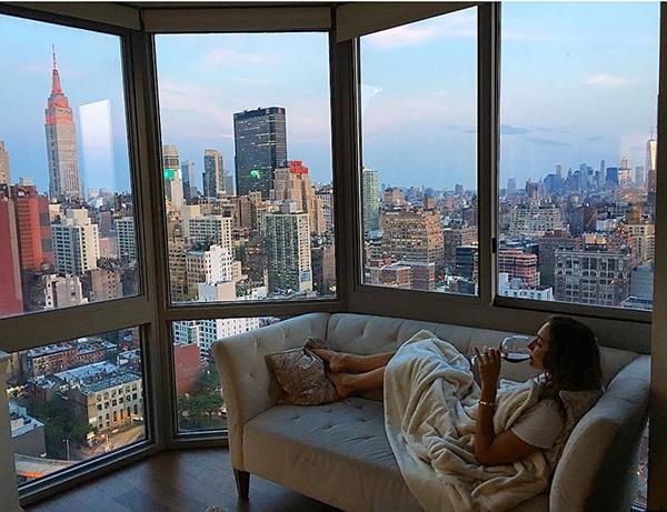 Đặc biệt là khung cảnh nhìn từ căn hộ của Lyla cũng khiến nhiều người phải choáng ngợp.
