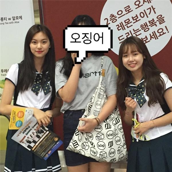 2 thành viên I.O.Ixinh xắn trong đồng phục nữ sinh trường SOPA.