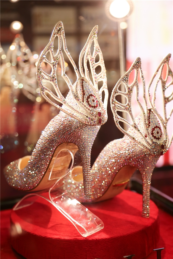 Từ vương miện, quyền trượng cho đến ghế ngồi của Hoa hậu Việt Nam 2016 đều được đổi mới hoàn toàn. Với đôi giày mang cánh thiên thần,ban tổ chức mong muốn cô gái đăng quang Hoa hậusẽ tỏa sáng và tự bước đi trên đôi chân của mình một cách vững chắc nhất.