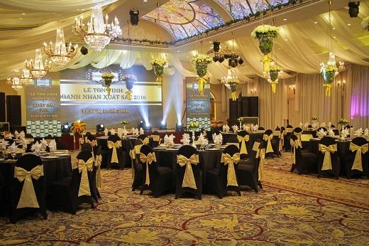 Buổi tiệc được trang trí theo tone màu đen - vànghết sức trang trọng và ấm cúng. (Ảnh: phathoanggia)