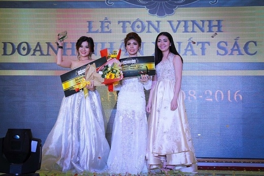 Bà Lê Thị Thanh Thảo – Tổng Giám đốc công ty trao giải cho 2 doanh nhân xuất sắc nhất năm 2016.