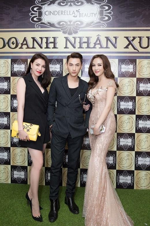 Siêu mẫu Trà Ngọc Hằng, Ca sĩ Isaac, Hot girl Kelly Nguyễn chụp hình lưu niệm.