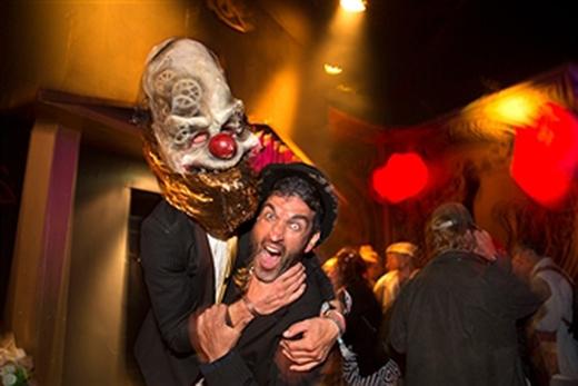 Chú hề đang siết cổ một người đàn ông tại lễ hội đương đại Shangri La năm 2015 với chủ đề Phản kháng.