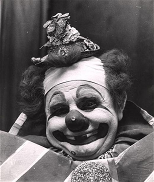 Diễn viên hề Felix Adler với khuôn mặt trắng bệch cùng chiếc mũi vừa to vừa đỏ đặc trưng đang mỉm cười ở hậu đài