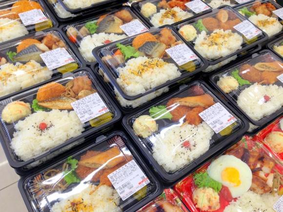 Các nhà máy sản xuất cơm hộp đóng gói lấy ý tưởng từ cơm bento, một loạicơm hộptruyền thống của người Nhật.