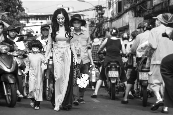 Từ nón lá, áo bà ba cho đến áo dài, quần đen bóng…tất cả chỉ đơn giản vì Thúy Nga muốn con gái mình thật sự hiểu biết nhiều hơn về bản sắc văn hóa của quê hương và mong con luôn giữ được điều đó.