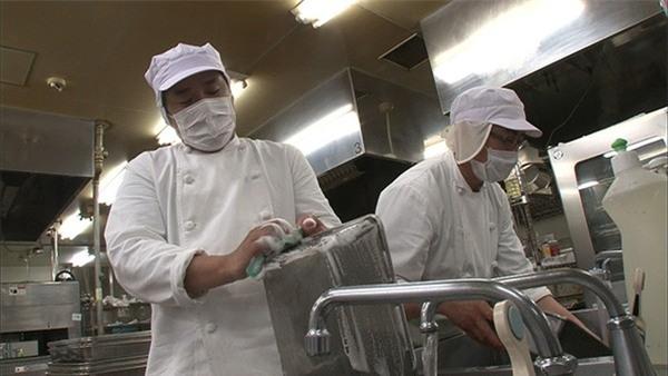 Các công nhân thường kết thúc buổi làm vào 4-5 giờ sáng sau khi đã rửa sạch các dụng cụ làm việc.