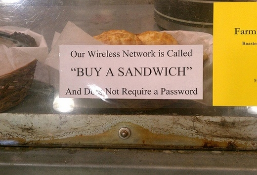 """Cửa hàng này phát WiFi miễn phí nhưng với một cái tên đầy """"mời gọi"""" là """"Hãy mua một cái sandwich"""" nhằm kêu gọi... lòng hảo tâm của các khách hàng."""
