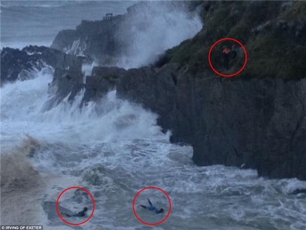 Hình ảnh kinh hoàng được chụp tại biển Barricane ở Woolacombe, North Devon.(Ảnh: DailyMail)