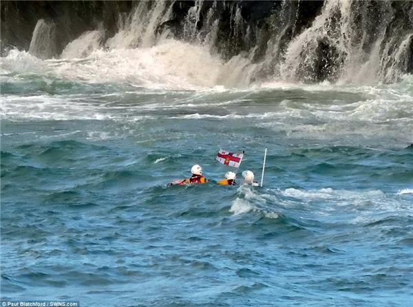 Đội cứu hộ bờ biển Newquay và hai chiếc tàu thuộc Viện cứu hộ hoàng gia (RNLI) đã được gửi tới để hỗ trợ cứu hộ. (Ảnh: DailyMail)