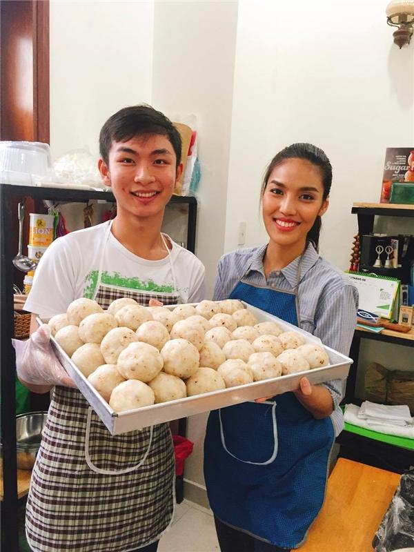 """Lan Khuê hào hứng khoe nguyên vật liệu làm bánh trước khi sẵn sàng bước vào """"cuộc chiến"""" trong bếp. - Tin sao Viet - Tin tuc sao Viet - Scandal sao Viet - Tin tuc cua Sao - Tin cua Sao"""