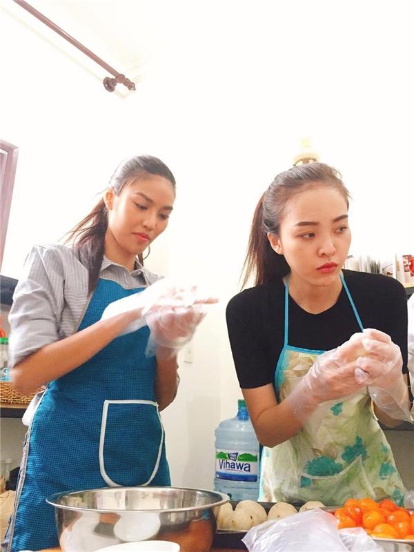 """Tham gia buổi làm bánh vui nhộn cùng các """"học trò"""", Lan Khuê rất tập trung và chăm chú trong từng thao tác nhào, nặn bột. - Tin sao Viet - Tin tuc sao Viet - Scandal sao Viet - Tin tuc cua Sao - Tin cua Sao"""