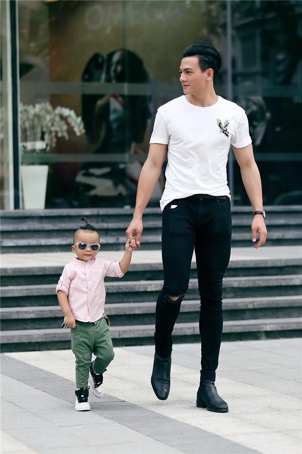 """Con trai Đỗ Mạnh Cường sớm """"nghiện"""" thời trang như bố"""