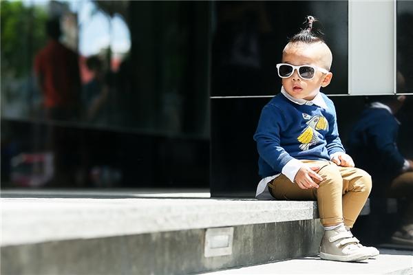 Tuần qua, nhà thiết kế Đỗ Mạnh Cường đón con về nhà để vui chơi nhân dịp cuối tuần. Cậu bé tỏ ra vô cùng thích thú khi được diện những bộ trang phục mới do đích thân bố nuôi lựa chọn. Trong những chuyến du lịch, nhà thiết kế Đỗ Mạnh Cường luôn dành thời gian để mua sắm cho con trai. Anh cũng thường xuyên chia sẻ niềm vui nhỏ này trên trang cá nhân.