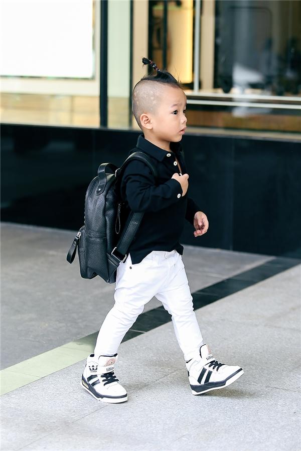 Chiếc balo da nhỏ xinh càng giúp cậu bé trông đáng yêu hơn. Theo chia sẻ của nhà thiết kế Đỗ Mạnh Cường, Nhím rất thích được mặc đồ đẹp, đeo kính, chụp ảnh và đi dạo ở các trung tâm thương mại.