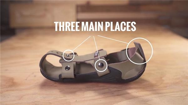 Dép có nhiều nút có thể tháo gỡ dễ dàng để thay đổi kích cỡ.
