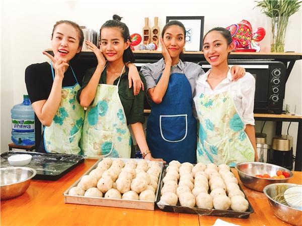 """Các thành viên team Lan Khuê nhí nhảnh tạo dáng trước """"giờ G"""" khiến không khí buổi làm bánh càng thêm nhộn nhịp. - Tin sao Viet - Tin tuc sao Viet - Scandal sao Viet - Tin tuc cua Sao - Tin cua Sao"""