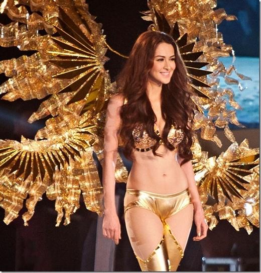 Marian được trình diễn trên sàn diễn lớn.
