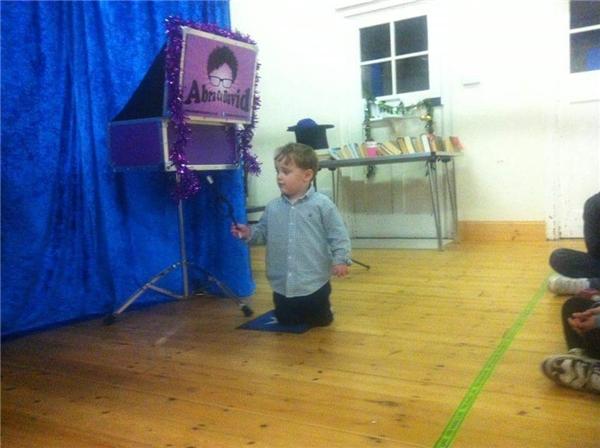Như bao đứa trẻ khác, Reuben vẫn tò mò, nghịch ngợm và thích thú trước những điều mới lạ.