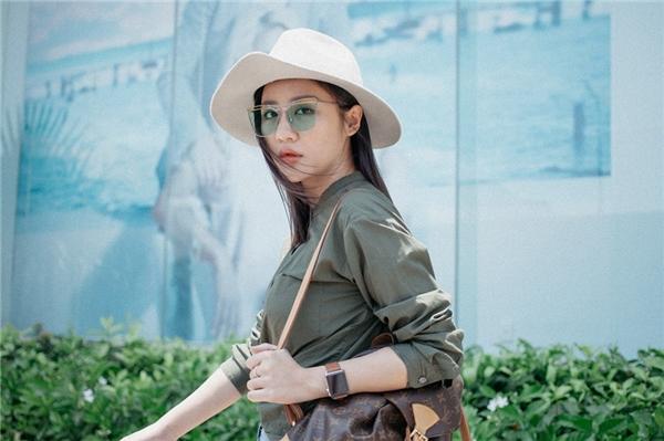 Trong ảnh, nữ ca sĩ khoe street style sành điệu với kính Gentle Moster và túi LV. - Tin sao Viet - Tin tuc sao Viet - Scandal sao Viet - Tin tuc cua Sao - Tin cua Sao