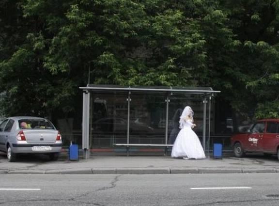Phát hiện một cô dâu đang trên đường bỏ trốn.