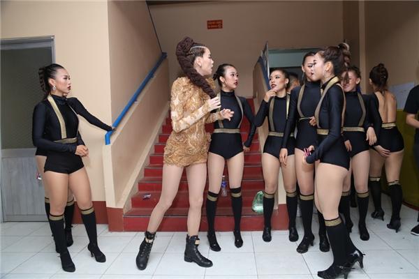 Nữ HLV The Face trò chuyện và ôn bài cùng các vũ công. - Tin sao Viet - Tin tuc sao Viet - Scandal sao Viet - Tin tuc cua Sao - Tin cua Sao