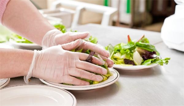 Mang găng tay khi nấu ăn vô tình biến đổigăng tay trở thành vật trung gian lây nhiễm các mầm bệnh vì các đầu bếpthường chỉ mang một đôi găng tay trong khi nấu nướng.
