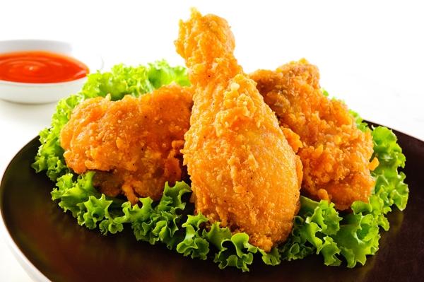 Gà nuôi theo phương pháp công nghiệp, ở không gian hẹp, không chăn thả nên béo gấp 266% gà nuôi tự nhiên.