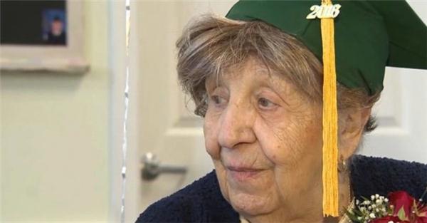 Niềm vui của cụ bà nhận bằng tốt nghiệp trung học vào sinh nhật 100