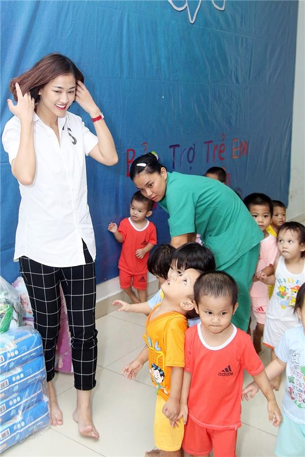 Nữ ca sĩ cũng chuẩn bị khá nhiều bánh kẹo, bỉm và sữa để tặng cho các bé thiếu may mắn được nhận nuôi tại đây.