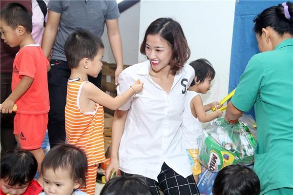 Maya rớt nước mắtkhi chứng kiến những bé bị bệnh hở hàm ếch