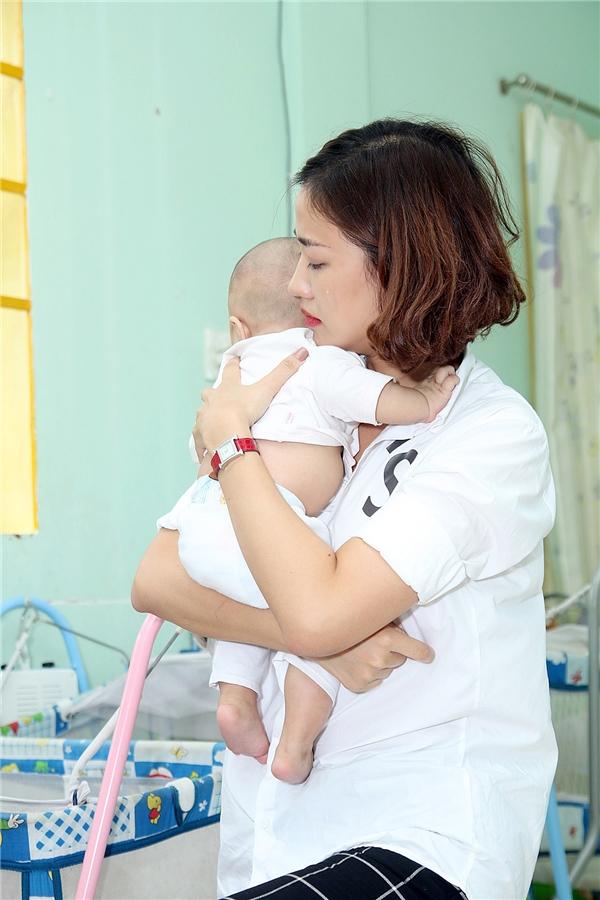 Maya rớt nước mắt trước hoàn cảnh của những bé không may mắn bị chứng bệnh hở hàm ếch.