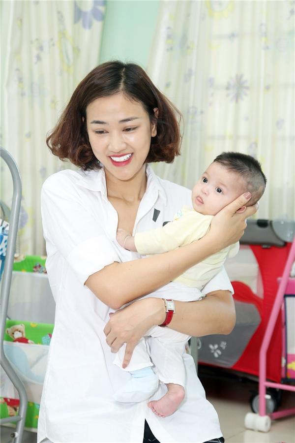 Khi đến đây, Maya cảm nhận được các em bé thiếu thốn tình thương và rất vui mỗi khi có người đến thăm nên cô cũng chủ động pha trò, mang lại tiếng cười cho các bé.
