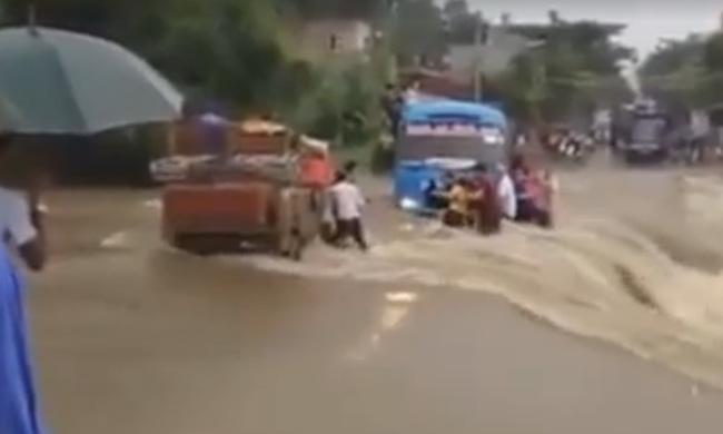 Đứng tim nhìn xe khách liều lĩnh vượt lũ bị mắc kẹt ở Lào Cai
