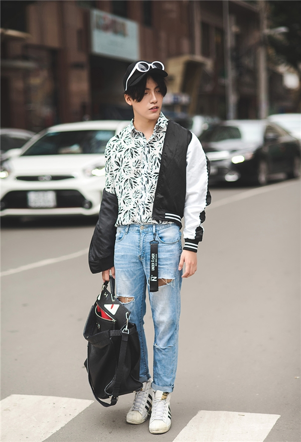Quần jeans kết hợp cùng áo sơ mi từ lâu đã không còn lạ lẫm đối với các tín đồ thời trang. Để trang phục có thêm điểm nhấn, Kye Nguyễn kết hợp thêm chiếc souvenir jacket đen. Chúng còn làm tăng vẻ mạnh mẽ và phóng khoáng của người mặc.