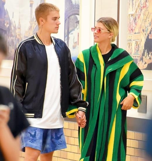 Justin vẫn còn tình tứ với Sofia tuần trước.