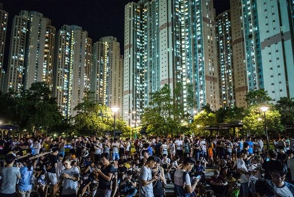 Người dân chơi Pokemon Go tại một công viên ở Tin Shui Wai, Hong Kong.