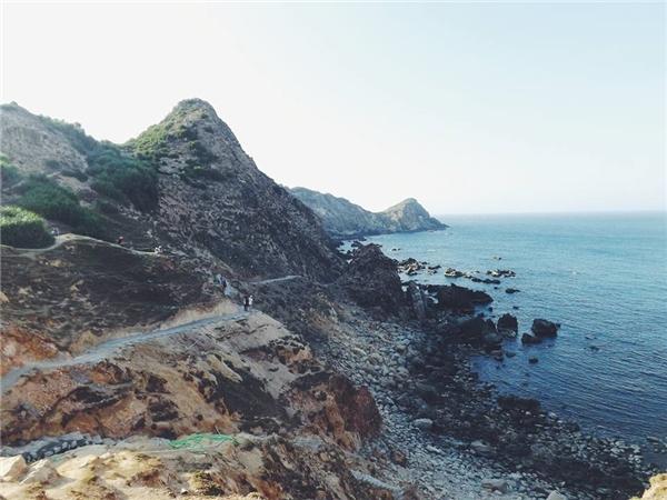 Con đường chinh phục Eo Gió (Bình Định) - Bạn sẽ phải thốt lên trước sựhùng vĩ của núi đá và biển xanhbiển tạo nên một vẻ đẹp đầy gợi cảm, hoang sơ và vô cùng quyến rũ.