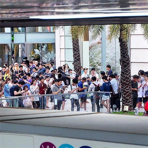 Giới trẻ Thái Lan bất chấp cái nắng nóng đổ xô ra đường bắt pokemon.