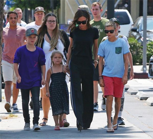 Hình ảnh mẹ Vic dẫn các con đi ăn trưa đã nhanh chóng lọt vào ống kính của các paparazzi.
