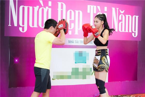 Ngô Thanh Thanh Tú (SBD 234) mặc đồ thể thao khoẻ khoắn khoe tài boxing, môn thể thao thường gắn liền với phái mạnh.