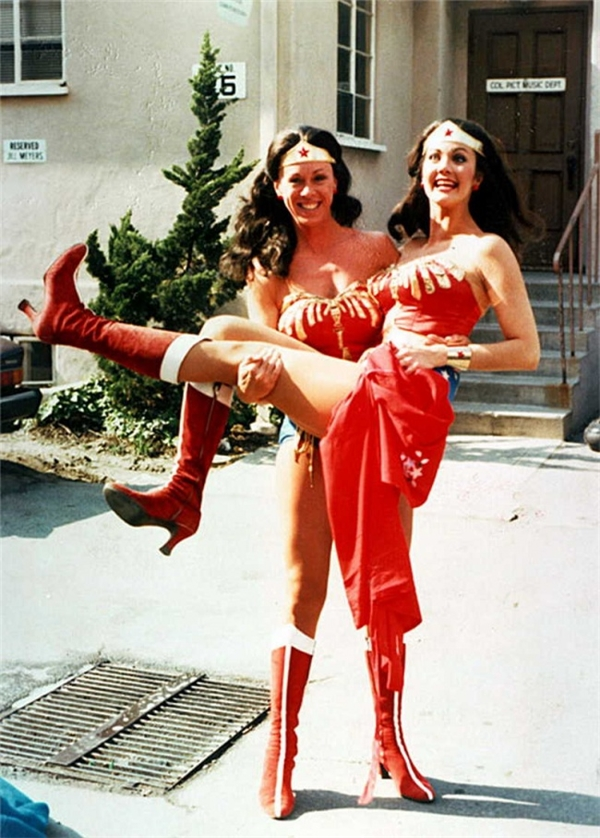 Lynda Carter (phải) & Jeannie Epper, Wonder Woman