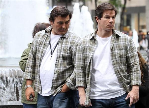 Mark Wahlberg (phải) cùng diễn viên đóng thế, Ted 2