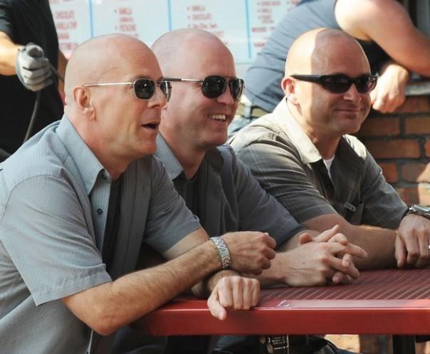 Đố bạn đâu là Bruce Willis thật? Đây là ảnh hậu trường phim Red 2.